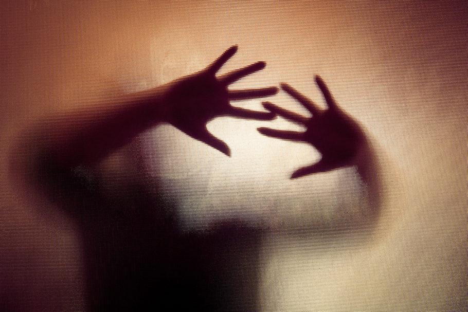 sombras de uma pessoa atrás do vidro