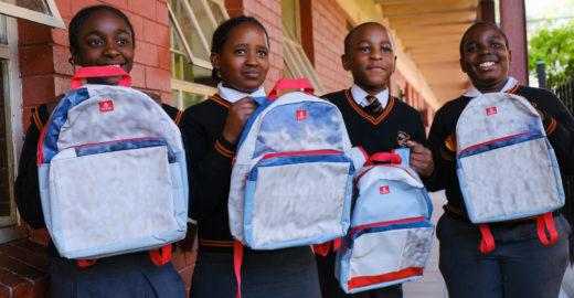 Companhia área transforma outdoors em mochilas escolares
