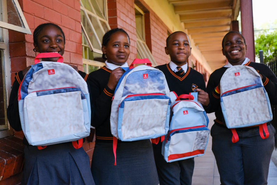 Alunos da Escola Primária Emfundisweni com mochilas escolares recicladas da Emirates