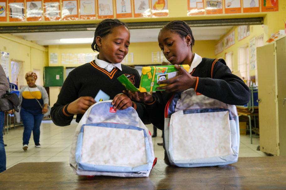 Além das mochilas, a Emirates também doou materiais escolares e livros de atividades