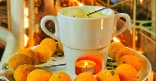 Restaurantes de Curitiba lançam fondue de coxinha
