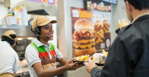 Burger King recebe currículos e divulga vagas na Feira Cultural LGBT