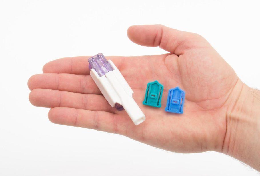 pessoa segurando o aparelho de insulina inalável