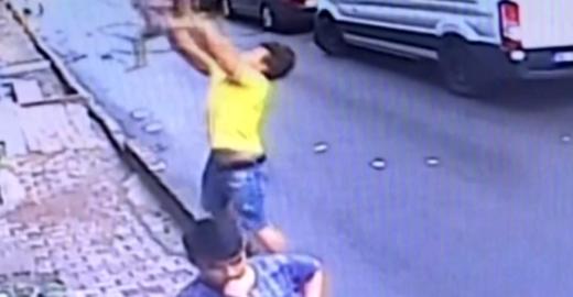 Menina cai da janela do 2º andar e é salva por jovem em Istambul