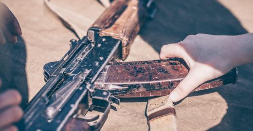 Criança de oito anos atira no irmão de cinco com arma do avô
