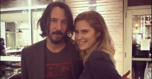 Keanu Reeves viraliza na web ao não se aproveitar de fãs nas fotos