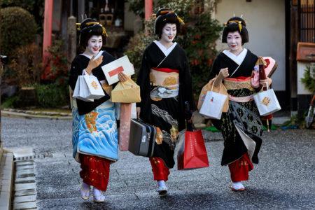 Gueixas no famoso bairro histórico de Gion, em Kyoto, no Japão