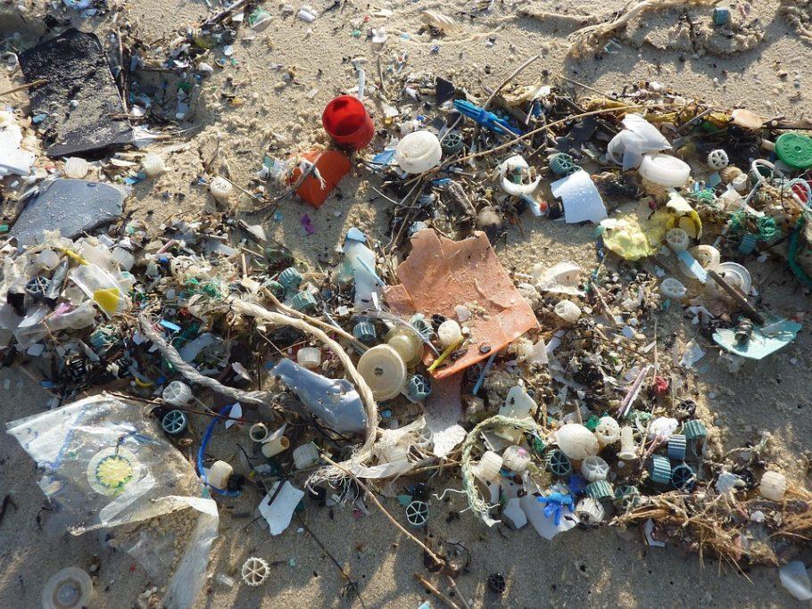 lixo plástico dos oceanos