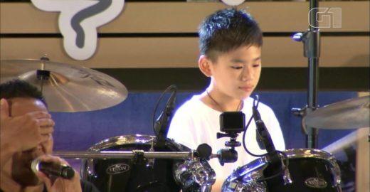 Menino cego toca bateria em show e emociona plateia no Japão; veja