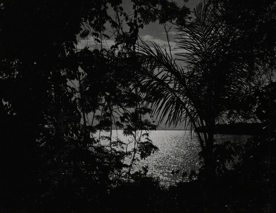 , da série Moon Shadows, do Archive of Modern Conflict, editado por Kalev Erickson, em cartaz na mostra 'Ainda Há Noite', no Itaú Cultural