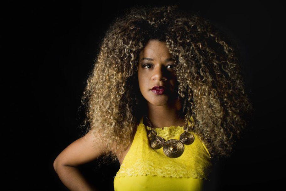 Thata Alves, produtora cultural e escritora. Autora de Em Reticências, Troca e Ibejis - Poesias do meu ventre. Filha de Ione Alves e Custódio Souza, mãe autônoma dos gêmeos Bryan e Brenno