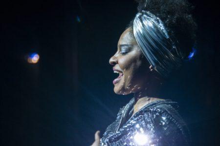 atriz como elza soares no musical em homenagem a cantora