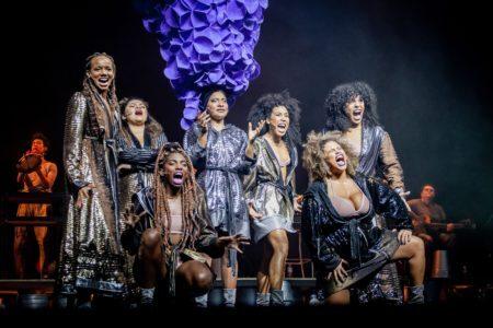 as sete atrizes no palco do musical sobre elza soares
