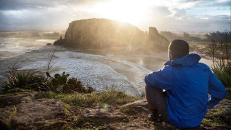 oto da campanha de marketing da The North Face, com um modelo vestindo jaqueta da marca em frente ao Parque da Guarita, no Rio Grande do Sul