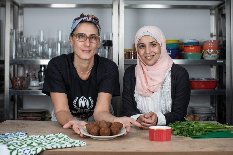Paola Carosella e a refugiada síria Salsabil Matouk
