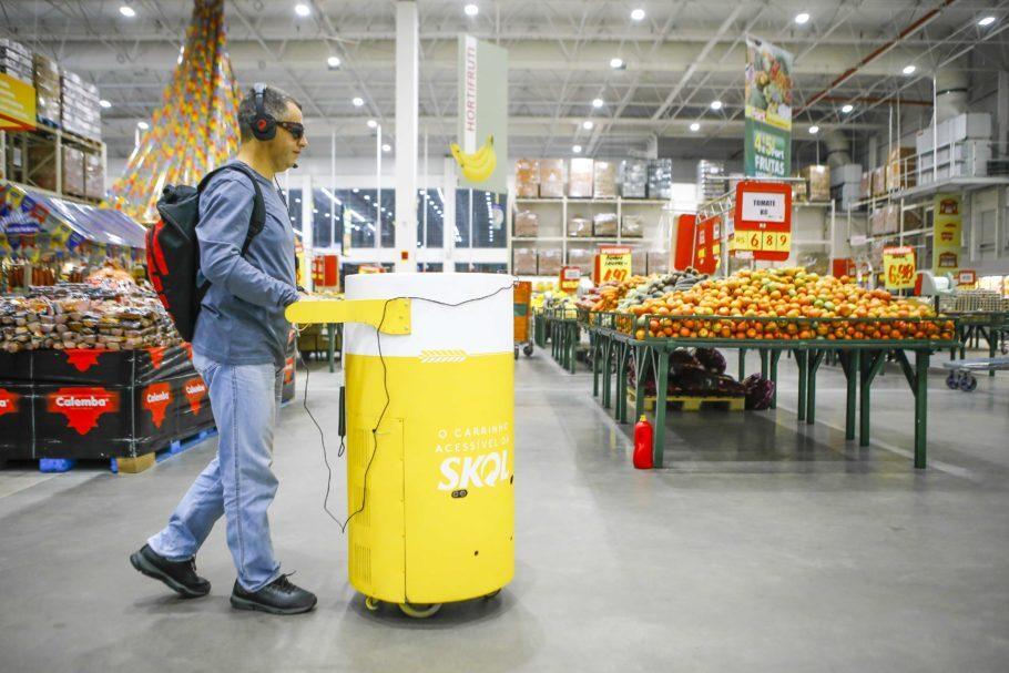 A Skol pensou em um carrinho de supermercado para pessoas com deficiência visual que é guiado por Inteligência Artificial