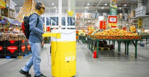 Carrinho de supermercado guia pessoas com deficiência visual