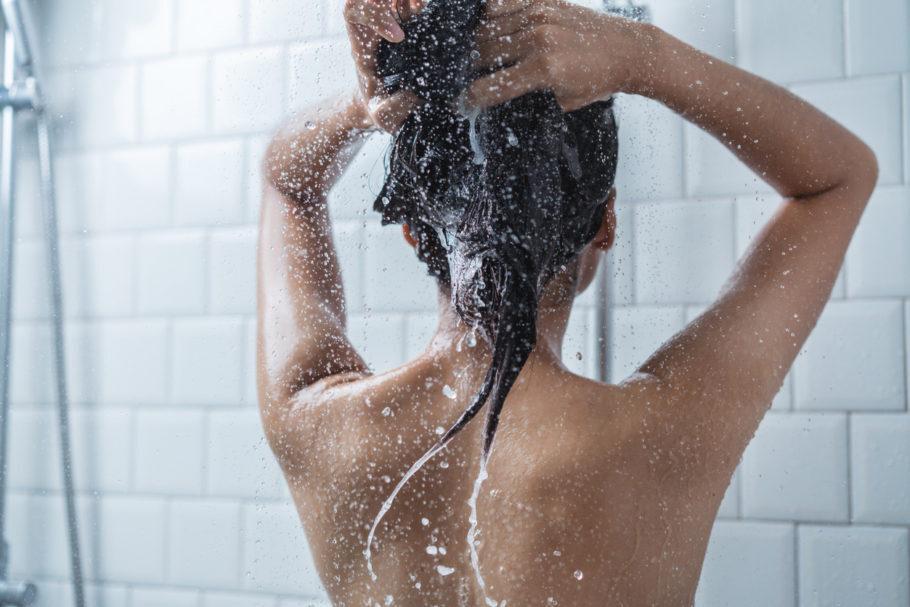 Banho quente favorece a queda dos fios