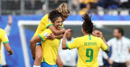 Kéfera festeja vitória da seleção feminina e alfineta time masculino