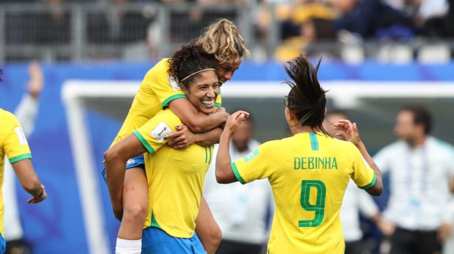 Jogadoras comemoram gol da atacante Cristiane na vitória do Brasil sobre a Jamaica