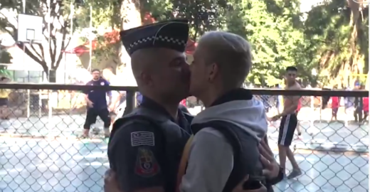 Policial será investigado por pedir o namorado em casamento fardado