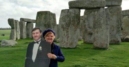 Viúva australiana viaja o mundo levando 'marido de papelão'