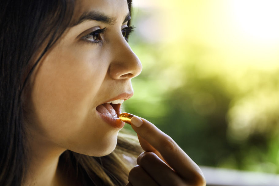 mulher tomando pílula
