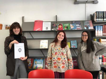 """Luzia Alonso, Lena Giuliano e Alice Lauria em frente à estante feminista """"Maria Firmina dos Reis"""""""