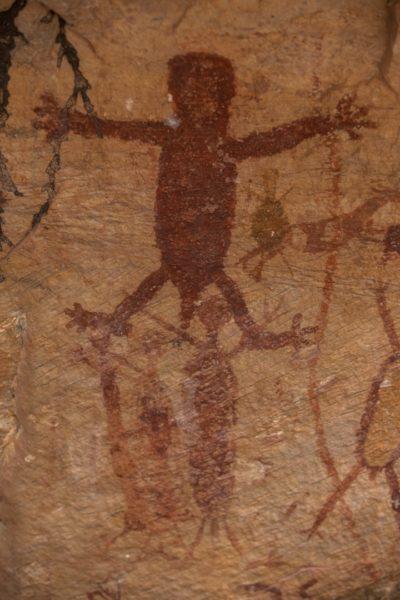 pintura rupestre em vermelho, na serra da capivara