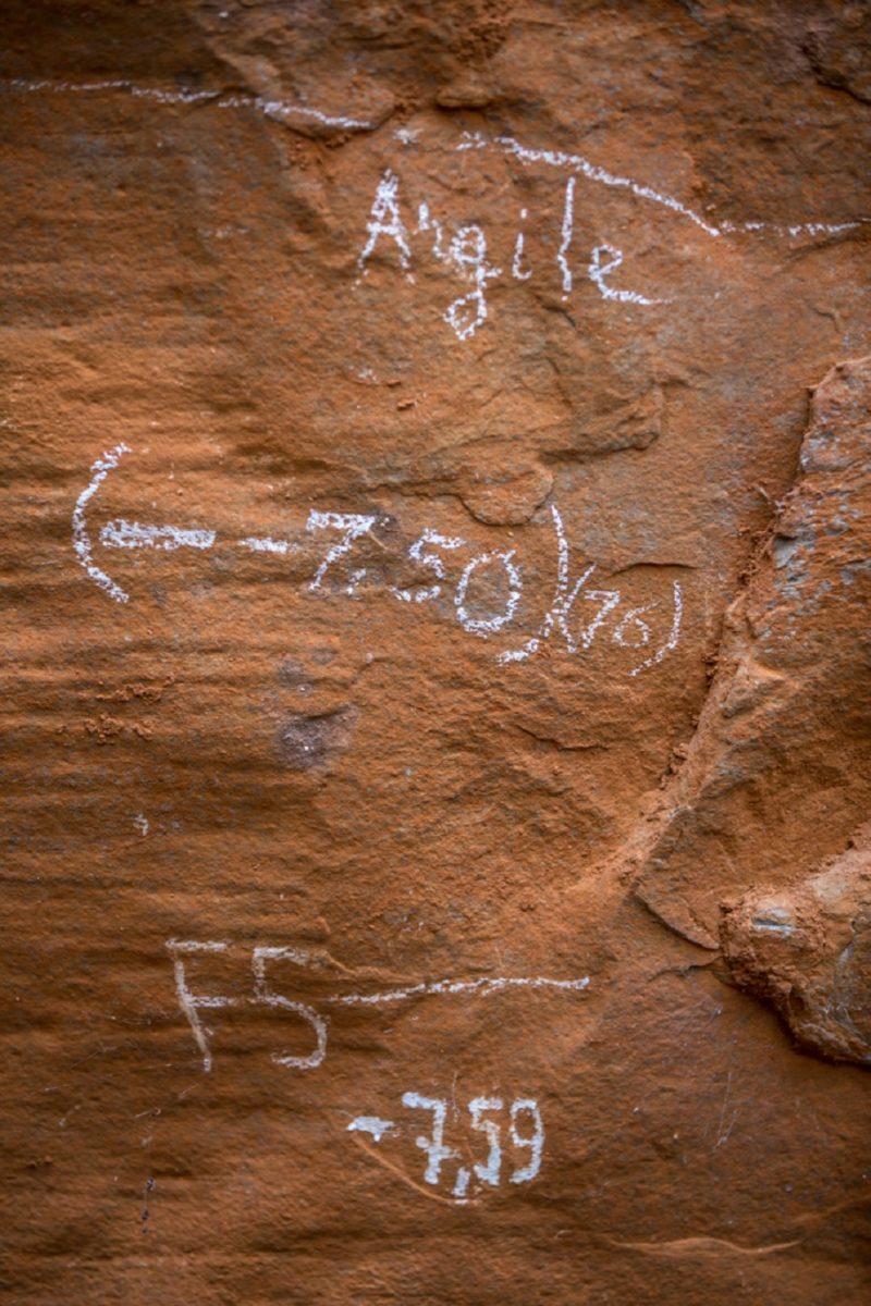 informações na parede do sítio arqueológico, em francês, local onde encontraram os restos de luzia