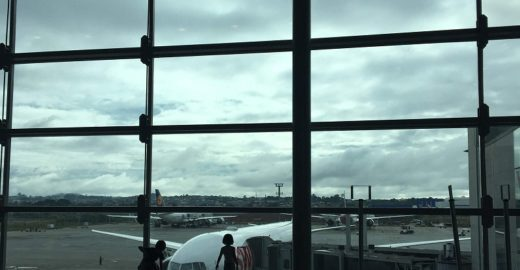 Como se organizar para viajar de avião com crianças