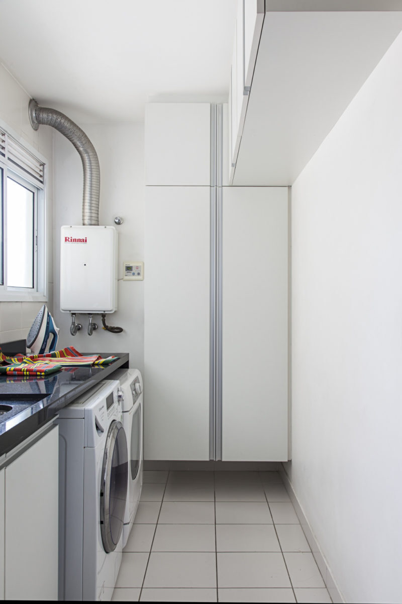 aquecedor a gás em um cozinha toda branca