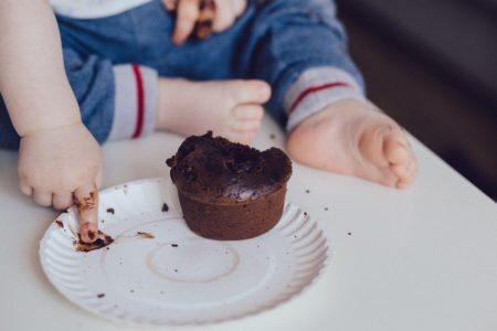 bebê comendo um cupcake