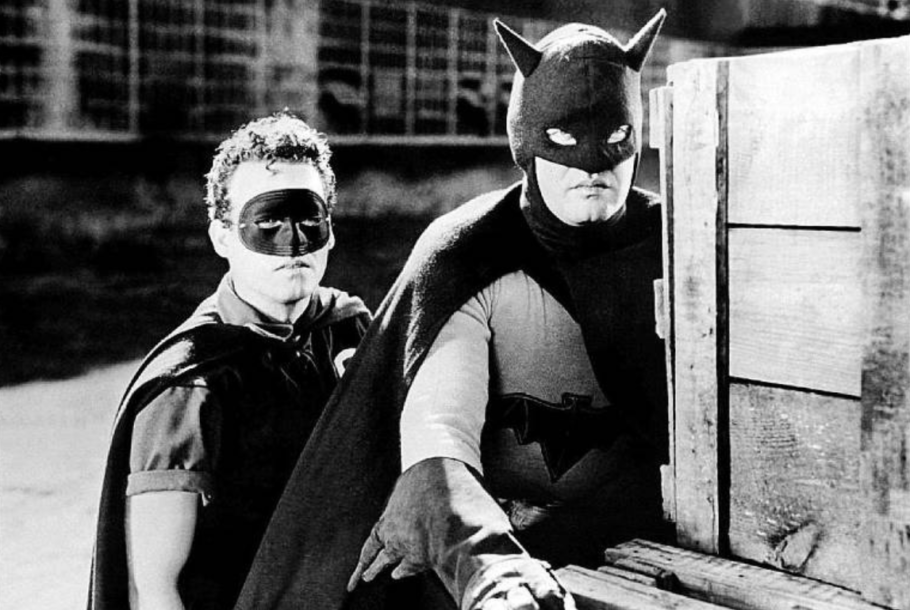 batman e robin no seriado O morcego de 1943 com Lewis Wilson no papel do batman