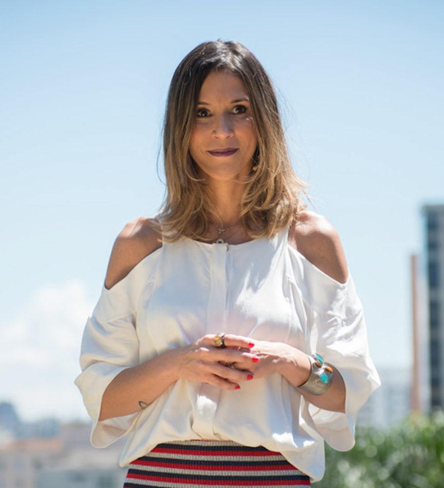 Sarah de Oliveira em foto ao ar livre