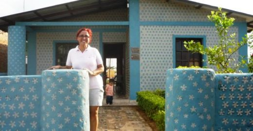 Boliviana constrói casas com garrafas PET para famílias carentes