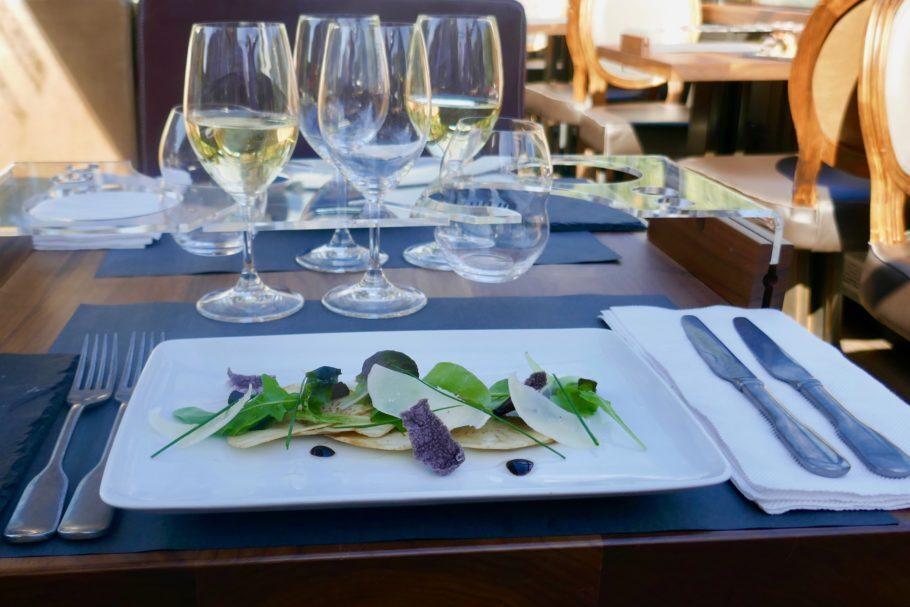 Pratos saborosos e bem apresentados harmonizam perfeitamente com os vinhos servidos