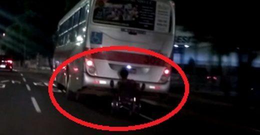 Cadeirante pega carona na traseira do ônibus e capota; Veja vídeo