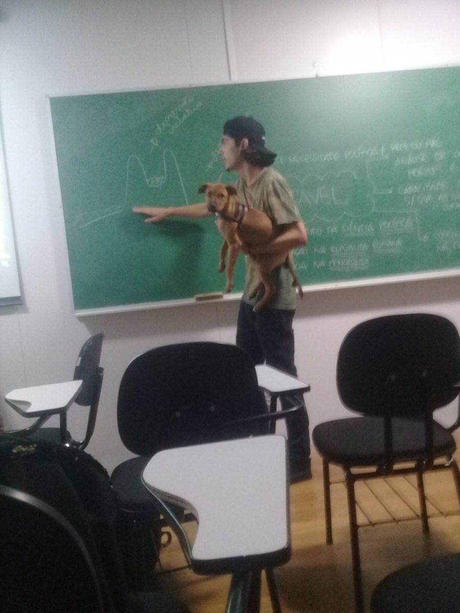 professor com cachorro no colo