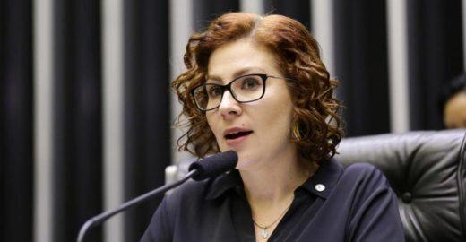 Carla Zambelli é detonada na web após atacar mulheres gordas