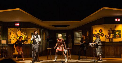 Premiada peça 'Caros Ouvintes' tem 75% de desconto na Catraca Livre