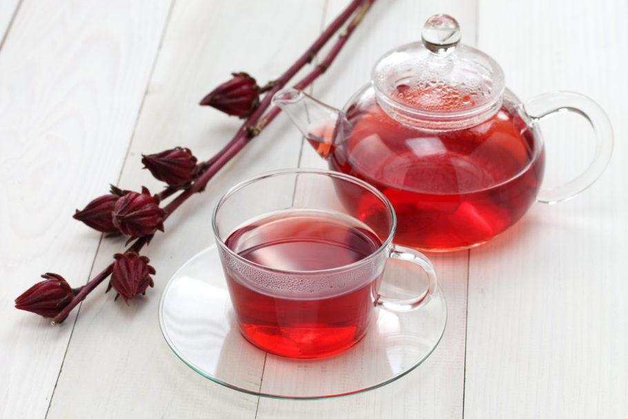 uma xícara transparente com chá de hibisco