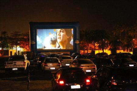 Carros estacionadas em cine drive-in que volta para são paulo dentro do memorial da america latina