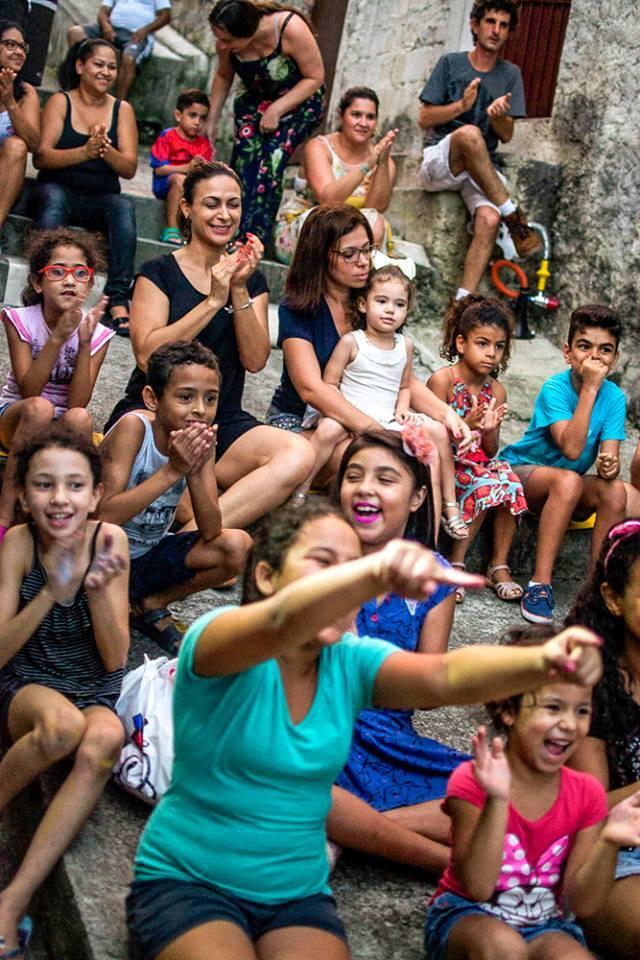 Crianças durante espetáculo do Circo de Québra