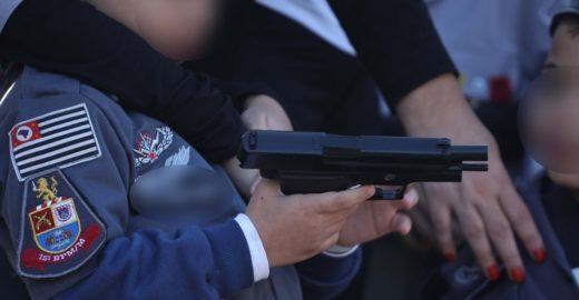 Crianças fardadas seguram réplicas de armas em desfile de 9 de julho