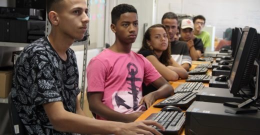 Curso gratuito de programação recruta jovens de baixa renda