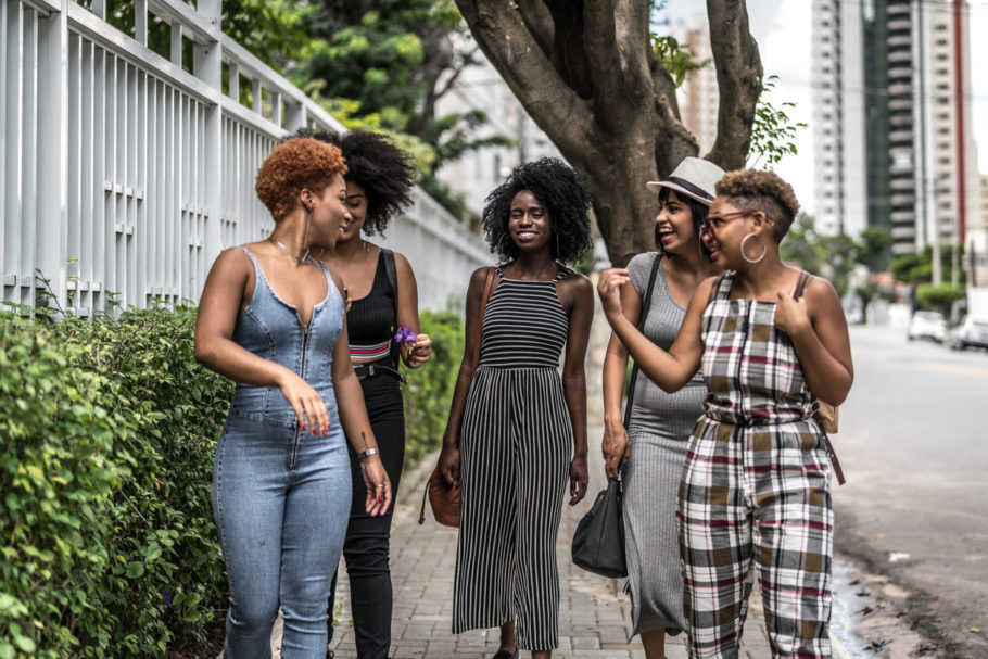 Mulheres caminham pela cidade