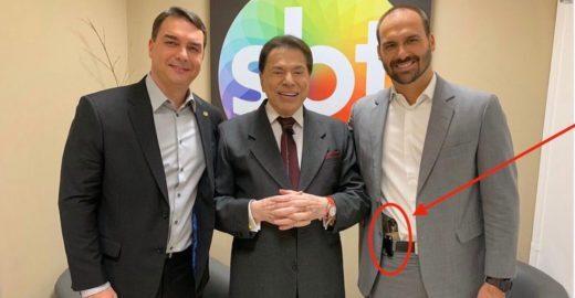 Filho de Bolsonaro publica foto com Silvio Santos com arma na cintura