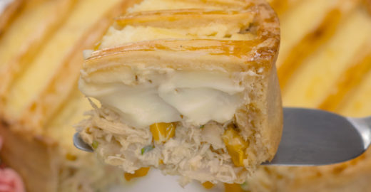 Empadão de frango cremoso: massa com 3 ingredientes