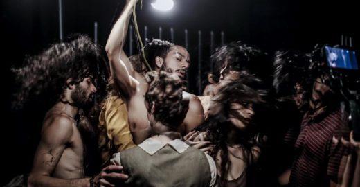 Espetáculo de dança une luz, movimento do corpo e movimento de câmera